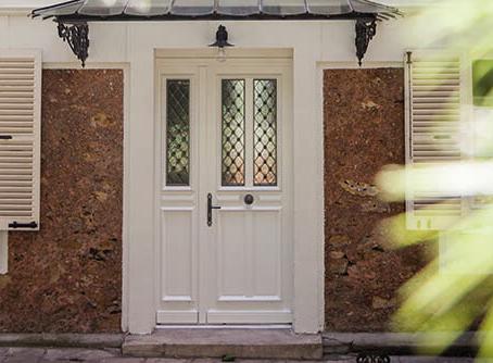 porte d'entrée bois avec grille décorative